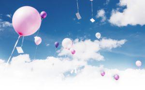 Ballone mit Postkarten, die in die Höhe steigen