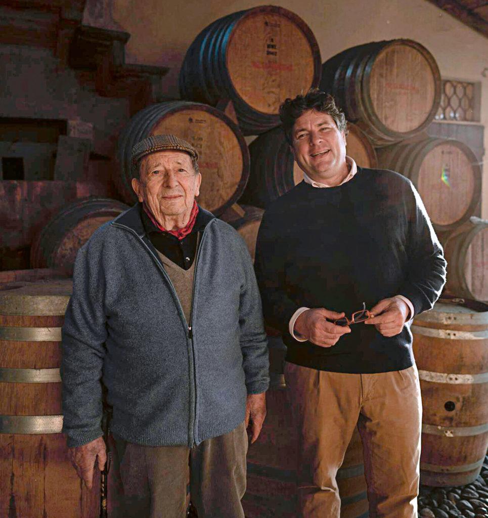 Ein Beispiel aus der Foto-Reportage: Der Winzer und sein Vater stehen vor Weinfässern.